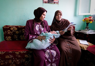 The mother of a 1 month old baby in the city of Fayoum receives post natal advice.