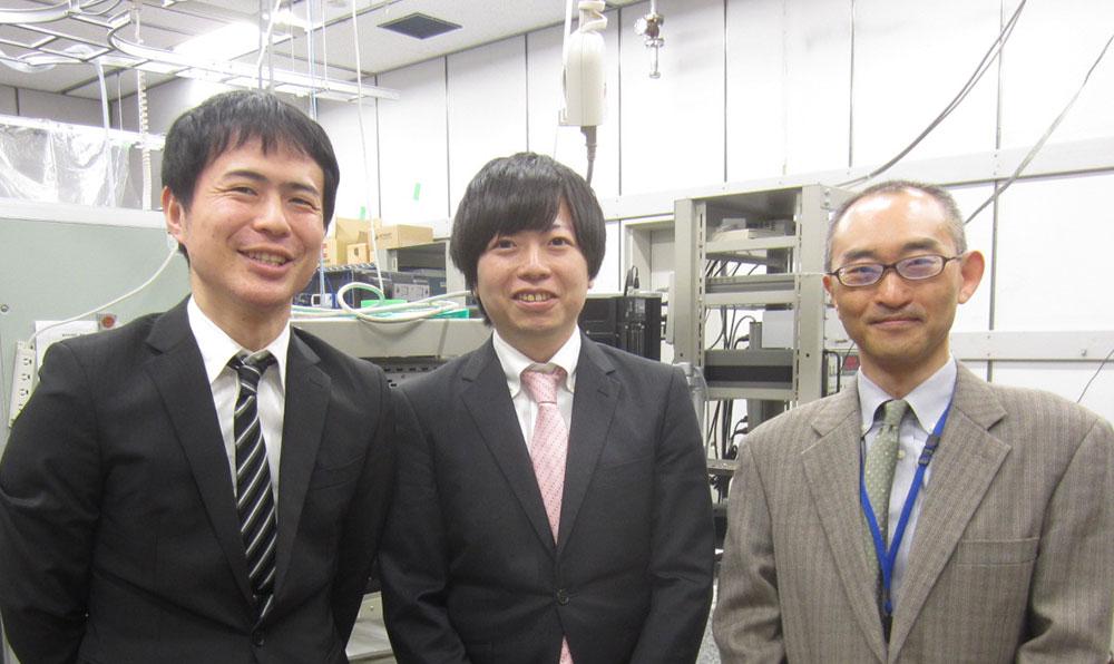 産業技術総合研究所スピントロニクス研究センターの久保田さん(右)、飯浜さん(中)と谷口さん